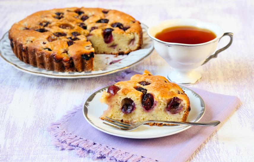 A klasszikus piskóta soha nem unalmas, és minden alkalomra tökéletes. Nem árt azonban, ha az egyszerű sütit néha feldobod idénygyümölccsel. A pillekönnyű, magas tésztájú, szőlővel szórt piskóta az egyik őszi kedvenced lesz. Az elkészítése sem nagy kihívás. Ha még nem kóstoltad, el sem hiszed, milyen finom.