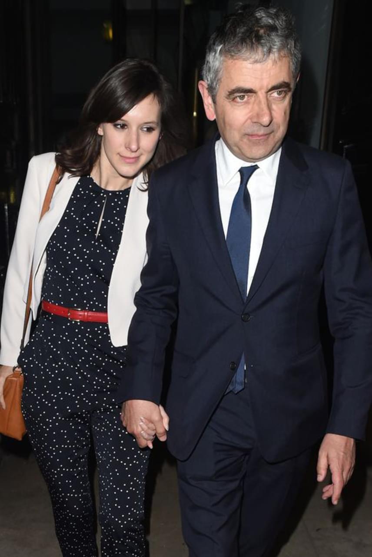 A 61 éves Mr. Bean, azaz Rowan Atkinson és felesége, Sunetra Sastry 2015-ben bejelentették, hogy 24 év után elválnak útjaik. A volt feleség el sem hitte, hogy a 61 éves színész egy fiatal, 32 éves komikával, Louise Forddal szűrte össze a levet. A válóperes tárgyalás után egy héttel már kettesben romantikáztak a színész vidéki házában.