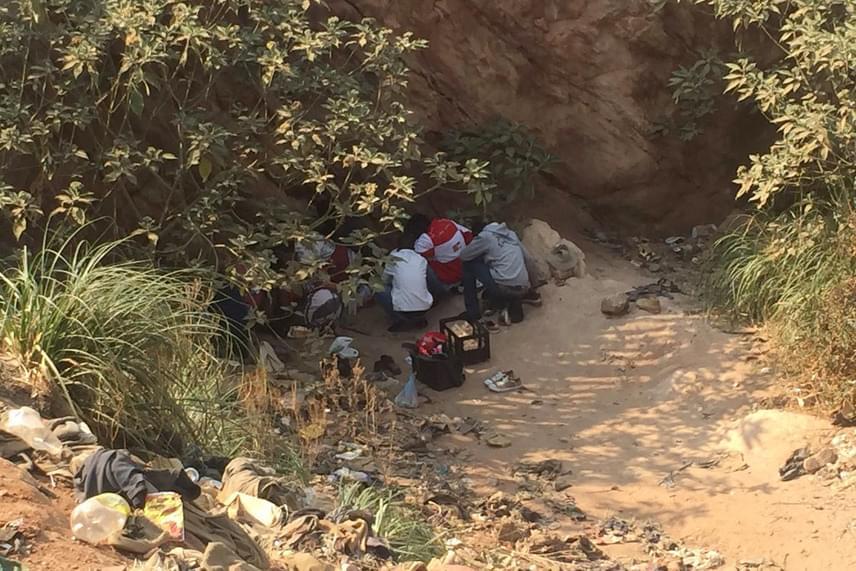 Az eltűntek családtagjai két napja a bánya bejáratánál várakoztak és imádkoztak szeretteikért.