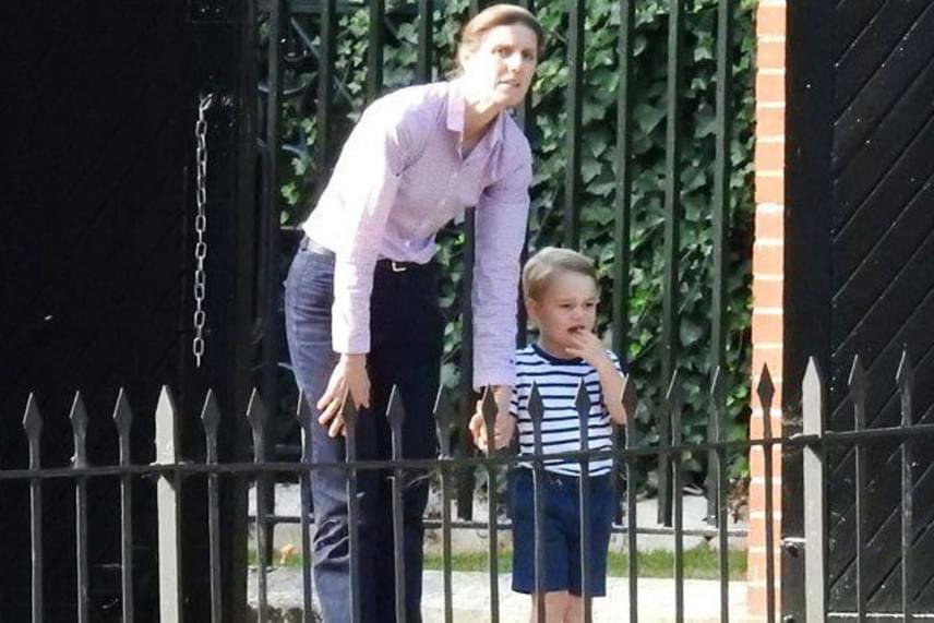 Majdnem el is tört a mécses a kis hercegnél, ahogy nézte az autóval egyre távolodó szüleit. Maria Borrallo ilyenkor kedvenc játékaival próbálja felvidítani a kisfiút.