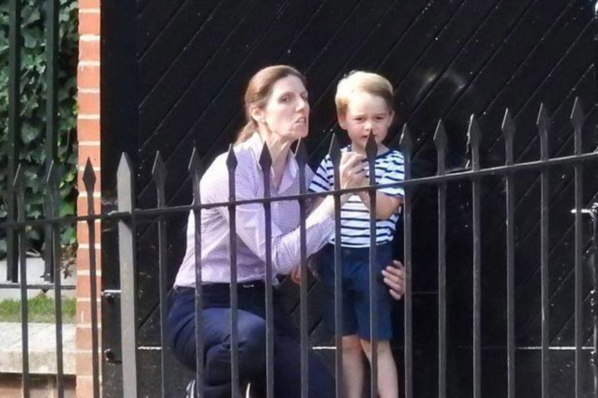 A hároméves kisfiú még mindig nehezen fogadja el, hogy anyukája néha több napot is távol tölt tőle - hiába ígérgeti dadusa, hogy hamar visszajön hozzá, elég nehezen viseli a külön töltött időt.