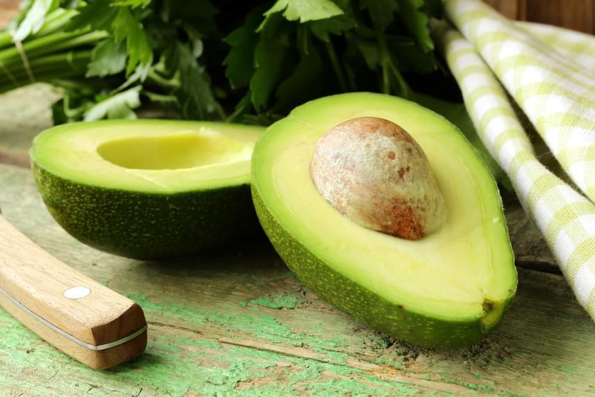 Naponta egy avokádó elfogyasztásával 5-6 gramm rost kerül a szervezetedbe, melyet a gyümölcs C-, E-, B6-vitamin-tartalma, valamint a benne található kálium, folsav, kalcium és egészséges zsírok tökéletes fogyókúrás étellé egészítenek ki.