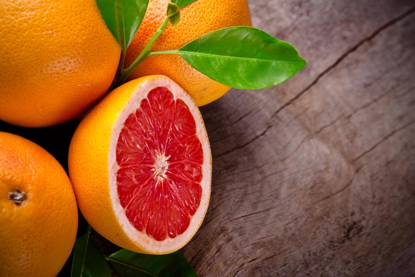 Egyetlen nagy grépfrút elfogyasztásával máris 4-5 gramm rostot vittél be, ám nem ez az egyetlen citrusgyümölcs, amit a fogyókúra során érdemes fogyasztani. Az emészthetetlen, de laktató pektin elnevezésű rostokból a citrom, a narancs és a mandarin is sokat tartalmaz.