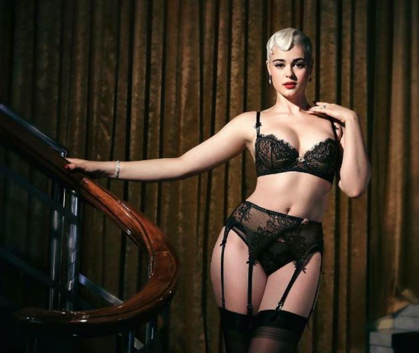 Stefania Ferrario Dita Von Teese revükirálynő fehérneműit népszerűsíti. Utálja a plus size modell kifejezést, olyannyira, hogy kampányt hirdetett ellene. Kikéri magának, hogy plus size-nak nevezzék, úgy gondolja, ő egy formás modell.