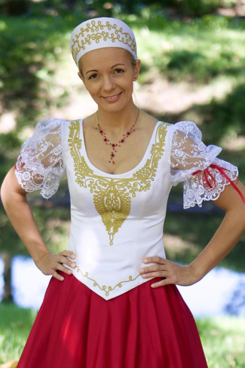 Magyar Rózsa énekesnő, a Muzsika TV műsorvezetője újra kisbabát vár, már túl van a kritikus harmadik hónapon. Első gyermeke, Petra egy hónappal korábban a vártnál, 2014. július 19-én jött világra. Az énekesnő 2015 nyarán ment férjhez kislánya édesapjához.