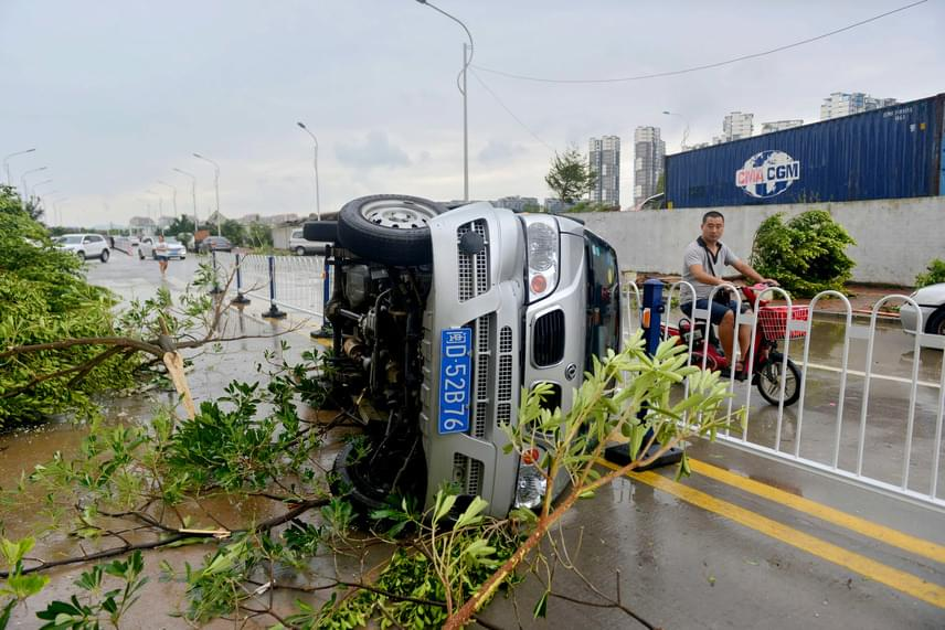 Oldalára fordult személygépkocsi, szintén a kínai Hsziamenben. A brutális szélnek nem okozott gondot megmozdítani egy több tonnás autót.