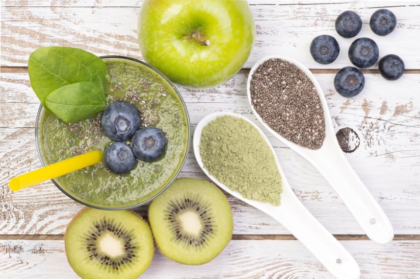A kor előrehaladtával a bőr nedvességet és vizet veszít, így ráncok alakulnak ki, ám az omega-3 zsírsavak képesek ezt a folyamatot lelassítani, azáltal, hogy a bőr legfelső rétegének, az epidermis-nek a sejtjeit egészségesen tartják. Szinte bármilyen smoothie-t felturbózhatsz egy kis omega-3-mal, ha hozzáteszel egy evőkanál chia magot. Próbáld ki például a magocskákat egy mangóval, egy fél friss ananásszal és egy fél pohár kókusz- vagy tehéntejjel kombinálva!