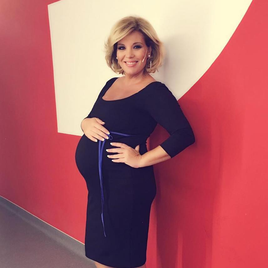 Vasárnap láthatták a nézők a Sztárban Sztár idei évadának első adását, amiben a Claudia egy testhezálló, fekete ruhát viselt, a masnival pedig talán babája nemére utalt.
