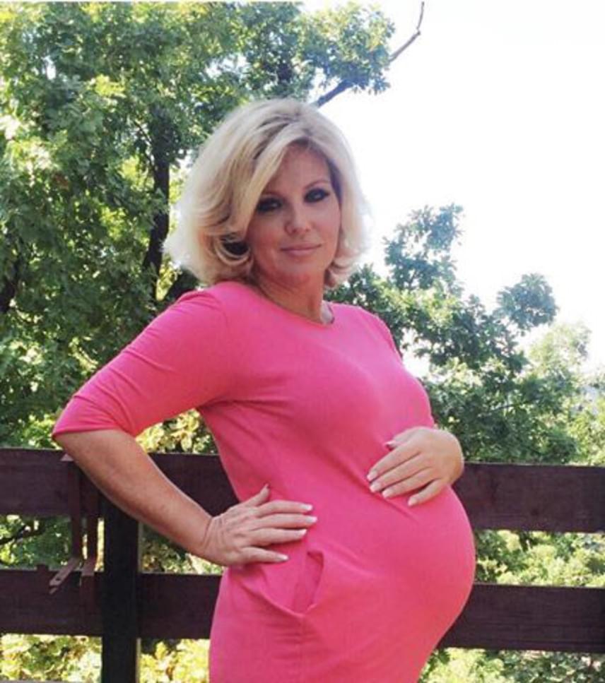 """Liptai Claudia kedden posztolta ezt a rózsaszín ruhás fotót. """"A párom szerint is csini vagy a pociddal is, anélkül is, és minden jól áll neked! Egyszerűen szexi, jókedélyű, tündéri vagy. Végre rád talált a boldogság, maradjon ez így örökké"""" - írta egy kommentelő."""