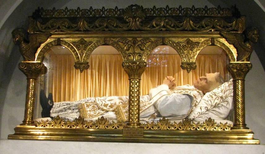 Eymard Szent Péter-Juliánpap, rendalapító1811-ben Franciaországban született, egyszerű családban. Már gyermekként különleges kapcsolata volt az Úrral. Apja nem akarta, hogy pap legyen, végül engedett, és 1834-ben pappá szentelték. Az eukarisztia apostolaként is ismeretes. Több ház alapítója, hitoktatóknak és szerzeteseknek nyitotta őket, utóbbiak az Oltáriszentség szolgálói néven szerzetesközösséggé alakultak. 1868-ban halt meg, 1925-ben boldoggá, 1962-ben szentté avatták. Testét ma üvegkoporsóban őrzik a párizsi Friedland utcai kápolnában.