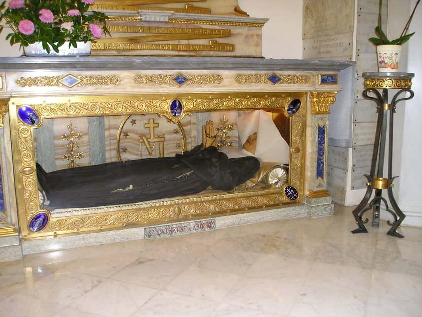 Laboure Szent Katalinirgalmasnővér, Mária-jelenés szemtanúja1806-ban született 11 gyermekes parasztcsaládban. Anyja korai halála után sokat dolgozott a háztartás vezetésében. Bár ő is kolostorba akart vonulni, apja nem hagyta, mert testvére is így határozott. Többször is Páli Szent Vincével álmodott, mielőtt valaha is látta volna, a pap álmaiban apácának, beteggondozó nővérnek hívta őt. 1830-ban teljesült Katalin vágya. Többször volt látomása Jézusról, 24 éves korában pedig Szűz Mária-jelenés szemtanúja volt, ezután pedig még kétszer ismételten. Őrangyala hívta a kápolnába, ahol a Szűzanya várta őt, és meg is szólította. Labouré Szent Katalin nevéhez fűződik a szeplőtelen fogantatás dogmájának kihirdetése és kegyelmet adó érmek veretése. 1876-ban halt meg. Exhumálásakor testét épen találták a koporsójában, szemei kéksége változatlan volt. 1933-ban boldoggá, 1947-ben szentté avatták.