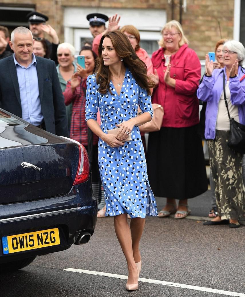 A hercegi pénteken vett részt egy jótékonysági rendezvényen, amire Katalin ebben a tündéri kis pöttyös darabban érkezett. Persze ő még egy ilyen visszafogott ruhában is igazi bombanő.