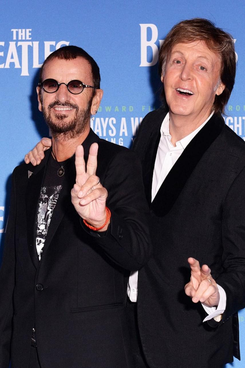 Paul McCartney és Ringo Starr boldogan üdvözölték egymást a díszbemutatón - a két zenész évtizedek óta nagyon jó barátságot ápol.
