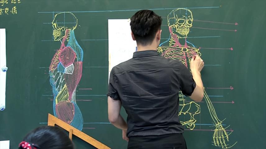 Nem ő az egyedüli, aki elképesztő táblarajzokkal örvendezteti meg diákjait.Chuan-Bin Chung kínai tanár például az emberi testről készít óráin mesterműveknek is nevezhető anatómiai ábrákat.