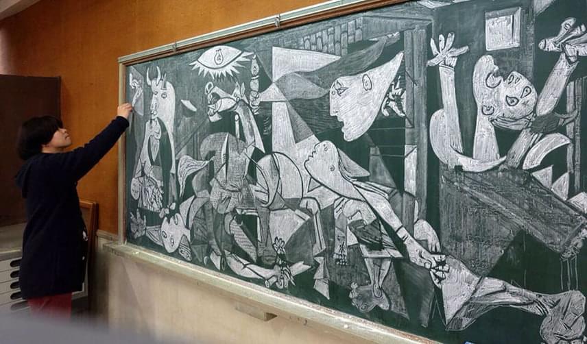 Hamacreamneka reneszánszon túl a XX. századi alkotások sem okoznak gondot, így úgy tartja kedve, Pablo Picasso Guernicáját is táblára rajzolja.