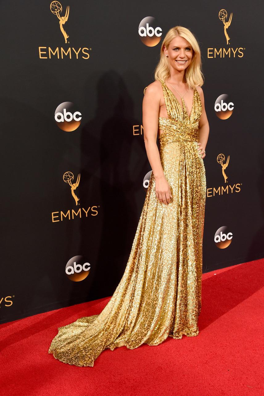 Claire Danes az Emmy szobrocskához öltözött. Arany estélyiben, aranyszőke hajával az est legragyogóbb csillaga volt.