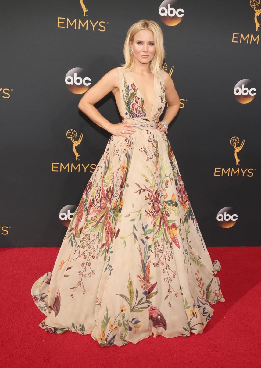 Kristen Bell is híres a stílusérzékéről, és most sem lőtt mellé: fantasztikusan nézett ki ebben a virágmintás, púderszínű estélyiben, ami még a dekoltázsából is sokat mutatott.