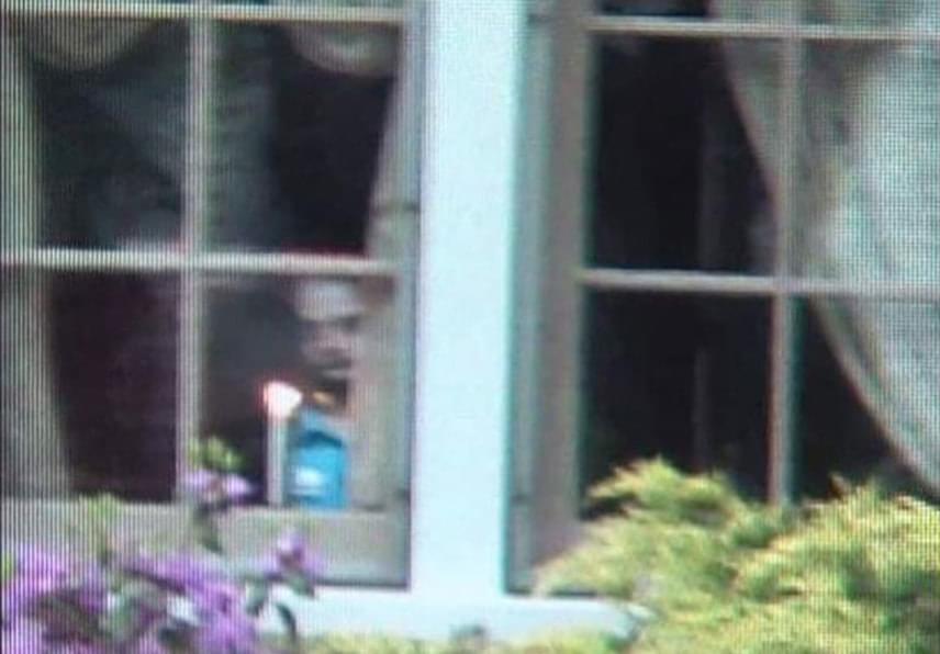 Ez a felvétel 2008-ban készült Ohióban, ráadásul vizsgálatok során bebizonyosodott, nem manipulált kép. A házat, melynek ablakában kísértetalak látszik, az új tulajdonos gyermeke fotózta le. A kép készítése pillanatában állítólag senki sem volt a odabent. A szürkésfehér, jól kivehető arcban a ház korábbi tulajdonosának szellemét sejtik. Egyéb paranormális észlelés nem volt a falak között.