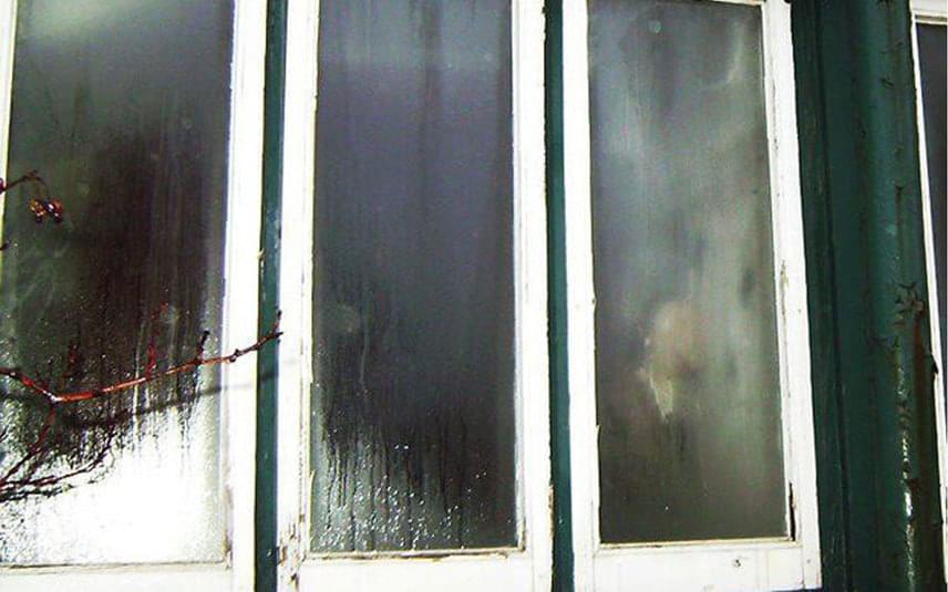A kép még 2012-ben készült, de máig talán az egyik legrémisztőbb minden szellemfotó közül. A ház, melynek ablakában kísértetet fotóztak le, régebben vendégházként üzemelt. Néhai tulajdonosa, Frances Grimshaw volt, egy hölgy, aki gyakorta és szívesen álldogált az ablakban nézelődve. Halála után elérkezettnek látták az időt, hogy az elöregedett házat lerombolják, és ekkor készült a kép, melyen a tulajdonos fia anyja szellemét sejti. Szerinte azért jelent meg az ablakban, ahol oly sokszor állt, mert tiltakozni akart a lerombolás ellen.