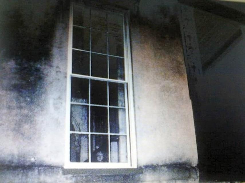 Egy savannah-i ház ablakában egy kislány szellemét fotózták le. Az épület ma elhagyatottan áll. 1868-ban épült, Benjamin J. Wilson generálisé volt, aki a legenda szerint felelős volt a gyermeke haláláért. Lánya ugyanis szívesen szaladgált át a szemközti iskola diákjaival játszani, apja pedig megbüntette ezért. Egy székhez kötözve az ablakhoz ültette, hogy csak nézhesse, ahogy a többiek játszanak. A kegyetlen apa napokig ott hagyta gyermekét az ablakban. Az üvegen keresztül a tűző naptól felhevülve és kiszáradás következtében a kislány meghalt. Sokan úgy hiszik, az ő szellemét fényképezték le az ablakban.