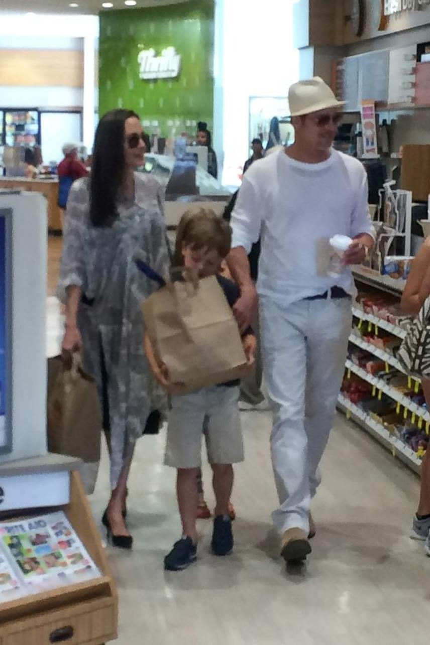 Mivel a két gyerek születésnapja is esedékes volt, ezért az ebéd után elvitték őket vásárolni néhány apróságot is.