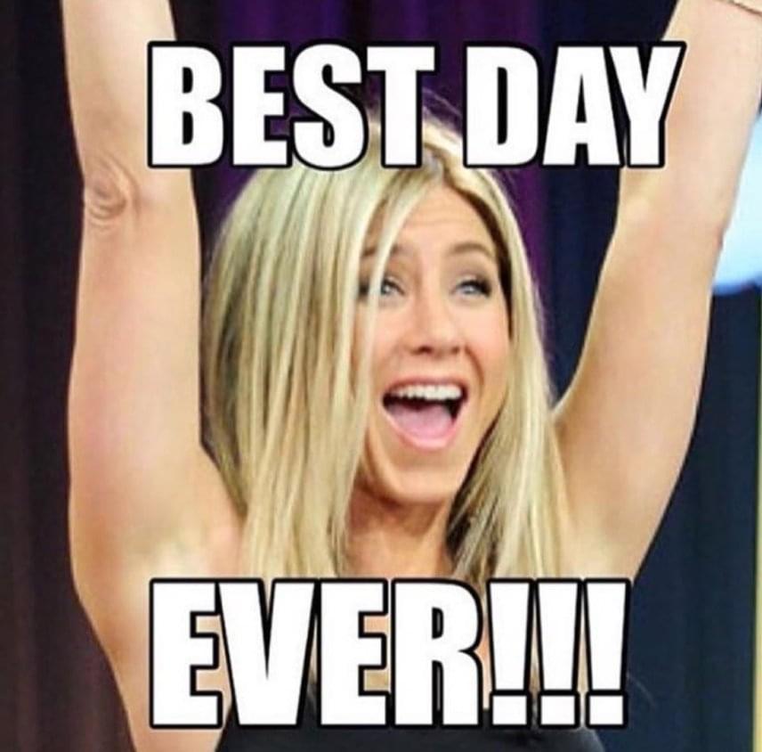 Néha az egyszerű megoldás a legjobb. Ezrek kedvelték ezt a fotót, ami az ujjongó Jennifert ábrázolja az alábbi felirattal: ez életem legszebb napja.