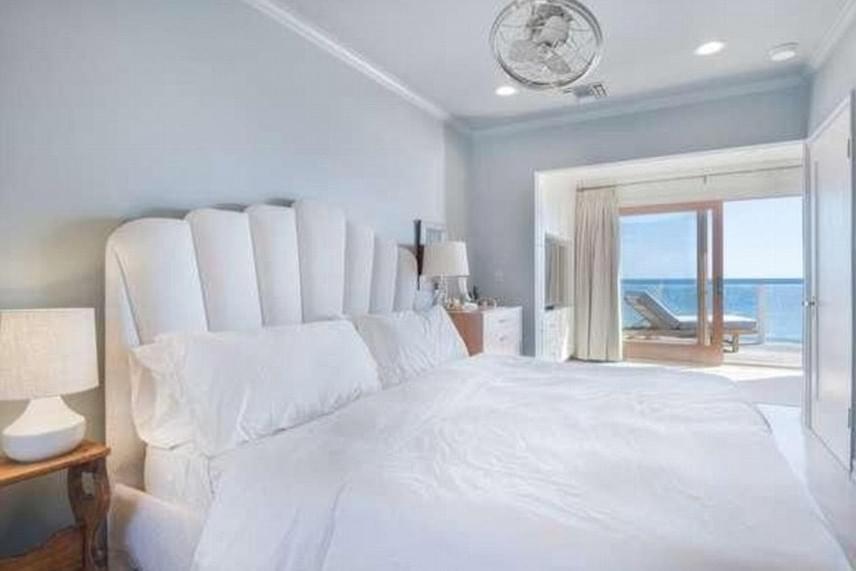 A hálószobája szinte csak egy gigantikus franciaágyból áll, amit speciális neki készítettek - a hatalmas fekhelyen állítólag öten is kényelmesen elférnek.