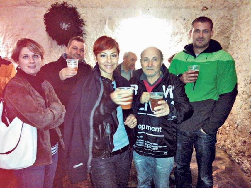 Erős Antónia születésnapja alkalmából férjével, Lászlóval - jobbra - és barátaikkal látogatott el Prágába. Az RTL Klub híradósa és párja lassan 20 éve házasok, ikreik, Szonja és Matyi idén kezdték az iskolát.