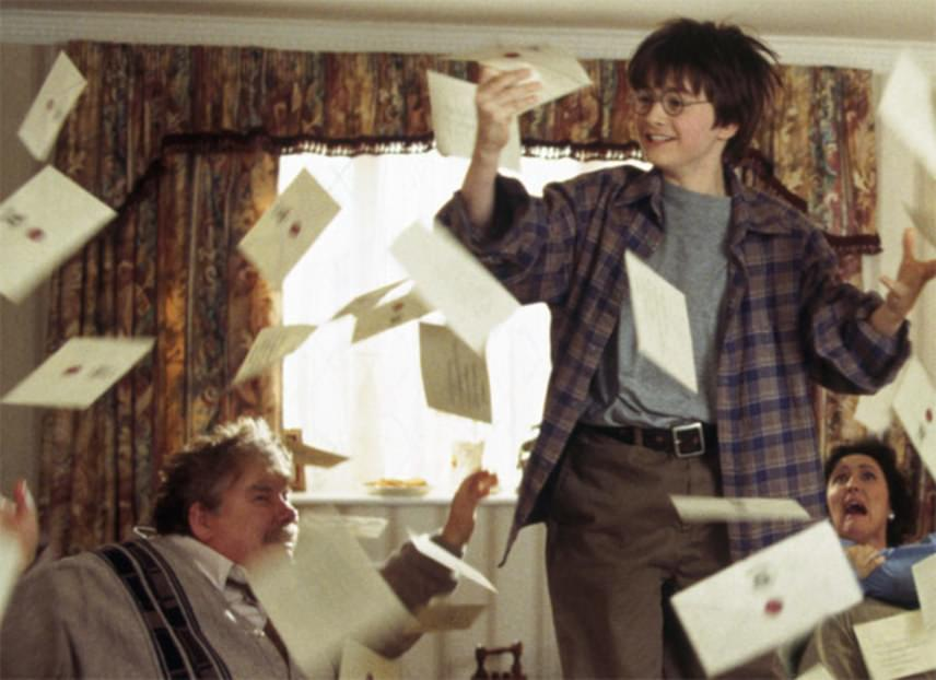 Aki látta az első Harry Potter-részt, bizonyára emlékszik az itt megmutatott Dursley-házra, amelynek a lépcsője alatti szűk kuckóban nőtt fel a kis Harry. Innen indul aztán kalandos útjára aRoxfort Boszorkány- és Varázslóképző Szakiskolába.