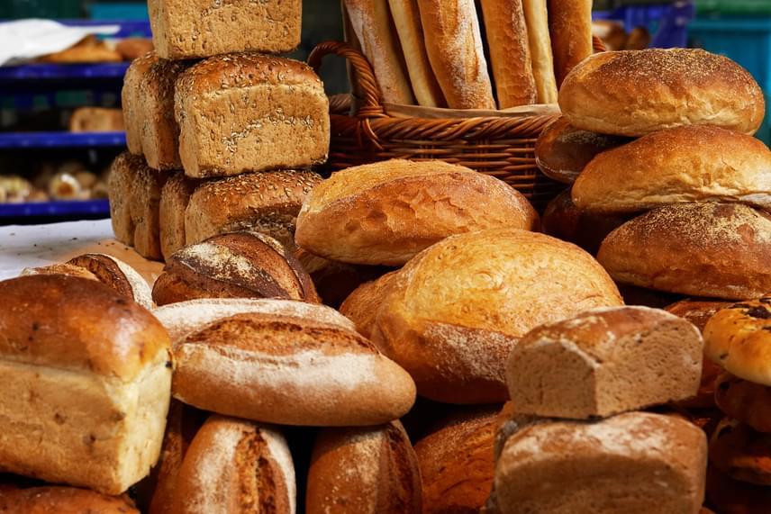 A kenyeret bátran lefagyaszthatod, kiolvasztás után ugyanúgy fogyasztható, ha azonban szeretnéd, hogy a lehető legfinomabb maradjon, egy fontos szabályt érdemes betartanod: lehetőleg még frissen fagyaszd le, és nagyon figyelj a csomagolására is, minél szorosabban tekerj köré folpackot, és nejlonzacskóba is minél légmentesebben zárd.