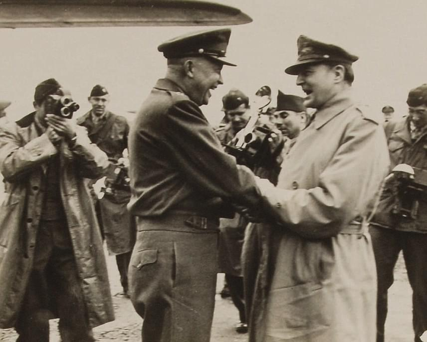 Az 1946-ban készült képen az amerikai oldalt, Dwight D. Eisenhowert ésDouglas MacArthurt láthatod. Előbbi amerikai tábornok, 1953-tól pedig elnök volt, míg utóbbi a csendes-óceáni hadsereg parancsnokaként szolgált. Később egyébként köztudottan nem kedvelték egymást.