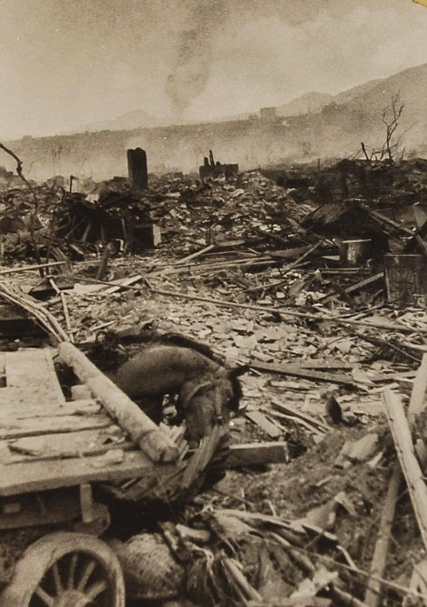 Az elpusztított város romjainak képei igazán szívszaggatók. A felvételeket elkészültük után az amerikai erők lefoglalták, ezért 70 évig nem is kerülhettek nyilvánosságra.