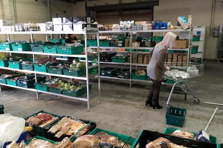 Az üzletbe bárki betérhet, de fő céljuk, hogy azok számára is jó minőségű ételt biztosítsanak, akik anyagi körülményeik miatt ezt máshol nem tudnák beszerezni.