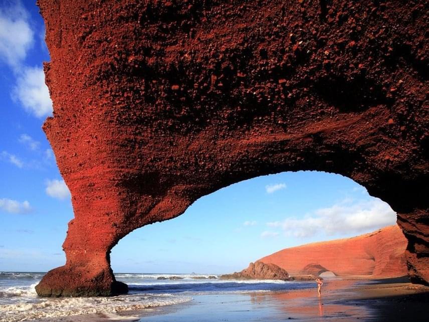 A Legzira strand Marokkó egyik legnépszerűbb turisztikai attrakciója. Az elragadó látvány szinte Marokkó emblémájává vált, a sziklaíveknek köszönhetően a partszakasz az ország egyik leggyakrabban fényképezett tája lett.