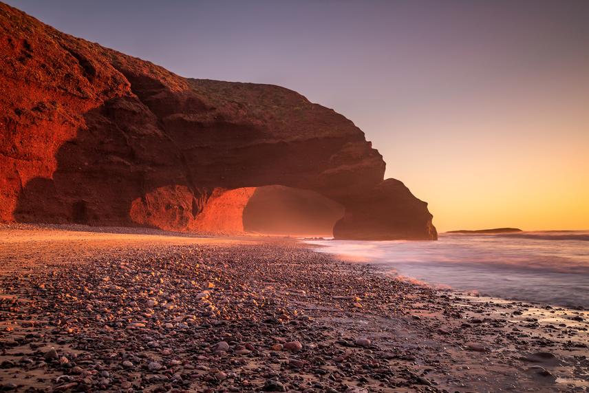Elnézve a képet, mindez nem is csoda: a tengerpartot szegélyező, vörös színű legzirai sziklaívek valóban különleges látványt nyújtanak az óceán fölötti naplemente előterében.