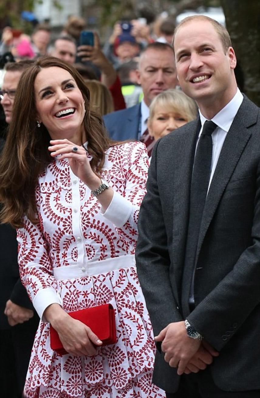 Mindenki látni akarta Vilmos herceget és csinos feleségét: még helikopteren keresztül is videózták a párt, akik mosolyogva integettek a riportereknek.