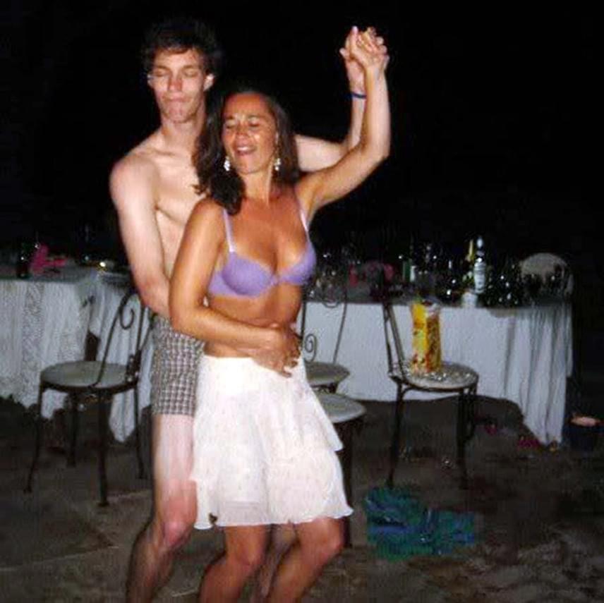 Hatalmas port kavart ez a felvétel, ami néhány évvel ezelőtt került ki az internetre Pippáról. Ezen a képen egy szál melltartóban táncol, egy szintén alulöltözött úriemberhez simulva.