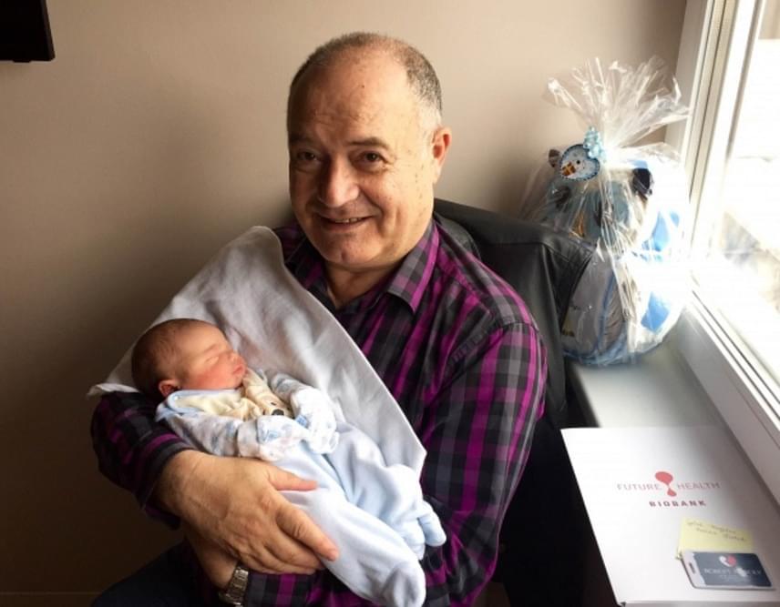 Forgács Gábor, a népszerű színész, humorista 2016-ban unokának örülhetett, ezúttal kisfiút hozott a gólya, aki az Olivér nevet kapta - képünkön. Egy szem lánya, Bea 2009-ben ment férjhez, aki már megajándékozta egy kislány unokával, a négy és fél éves Lizával.