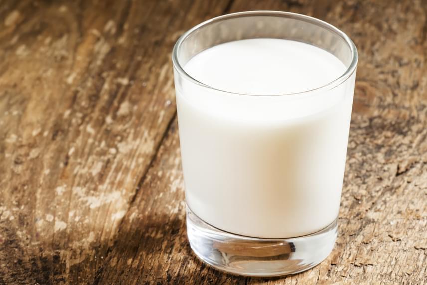 Nemcsak a tea segíthet azonban - nem véletlenül javasolták már gyerekkorodban is egy pohár meleg tej elfogyaszását lefekvés előtt, a benne található triptofán nevű esszenciális aminosav ugyanis nyugtat, és elősegíti a békés alvást. Kortyolgasd el ezért bátran az ágyban.