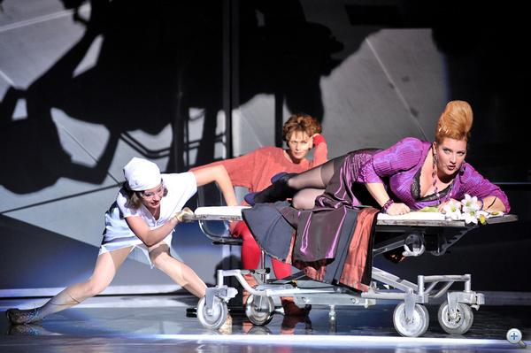 A Magyar Állami Operaház és az Új Színház közös produkcióját, a Csodálatos mobilvilág című operatóriumot október 9-én mutatták be az Új Színházban. A darabot Szikora János rendezte.