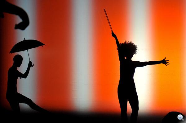 A táncosok sok kelléket használnak, illetve maguk is tárgyakat formálnak