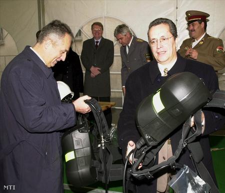 2001-ben, 590 új légzőkészülékkel a Belügyminisztérium politikai államtitkára és Bakondi György, az Országos Katasztrófavédelmi Főigazgatóság főigazgatója (Fotó: H. Szabó Sándor)