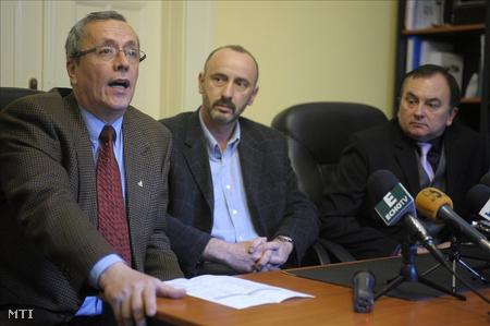 2010. február. Bakondi ügyvédként, Horváth József, az UD Vagyonvédelmi Zrt. elnöke mellett a cég székházában. (Fotó: Kovács Attila)