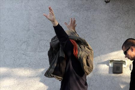 Bakonyi Zoltán távozik a Veszprémi Városi Bíróság épületéből