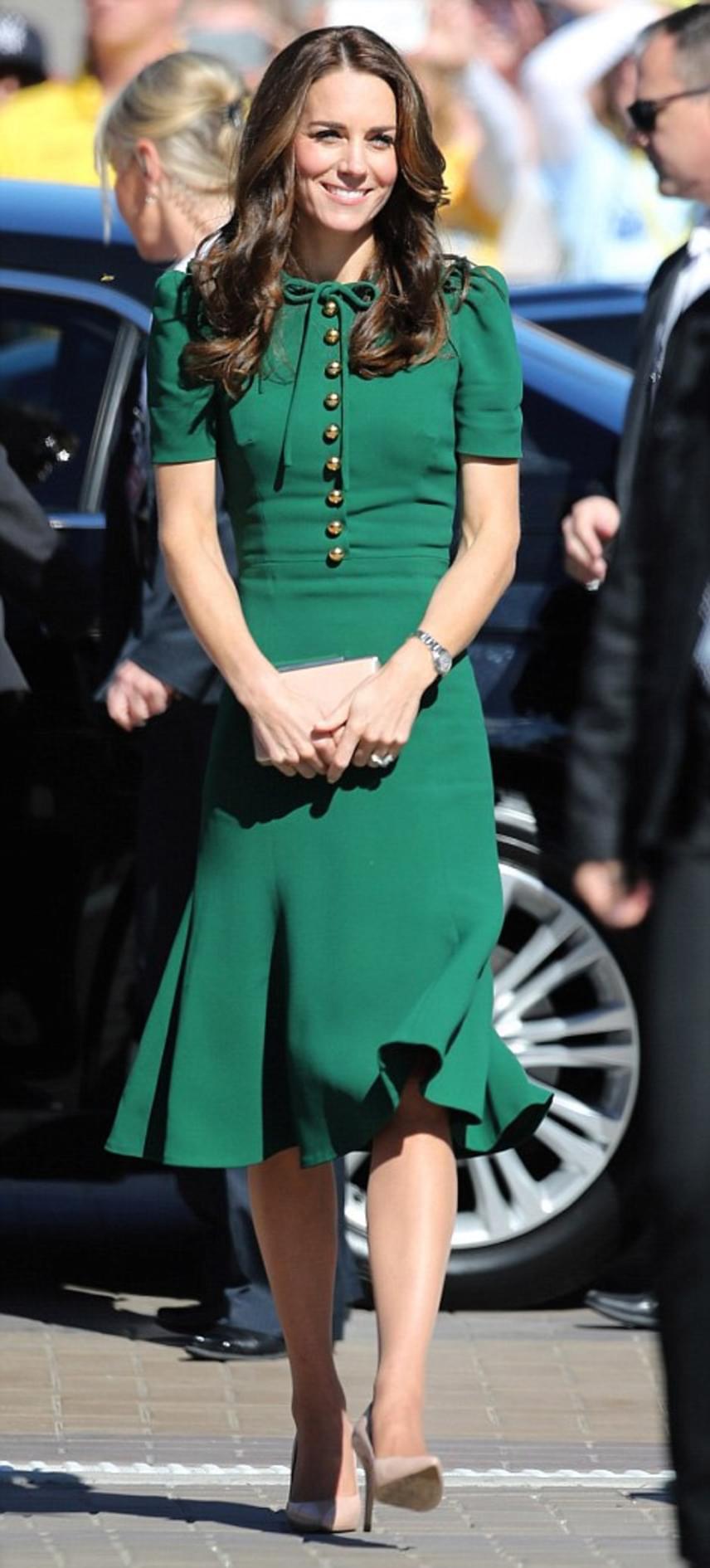 Katalin hercegné ezúttal egy szűk, méregzöld Dolce & Gabbana ruhára voksolt, ami remekül kiemelte tökéletes alakját.