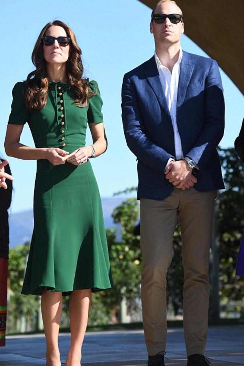 Vilmos herceg is büszkén feszített csinos felesége mellett, ráadásul még be is zsebelt néhány bókot az egyetemista lányoktól.