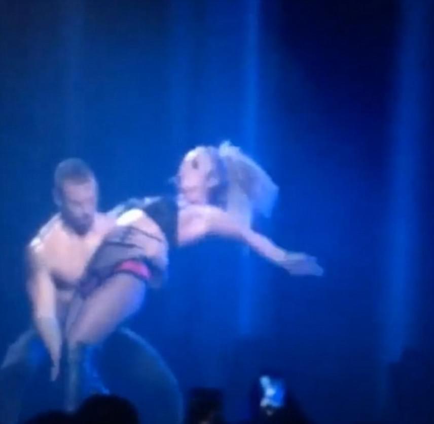 Majdnem felborult az énekesnő - és vele együtt a táncosa is -, miután ilyen ügyetlenül dőlt hátra az átforduláshoz.