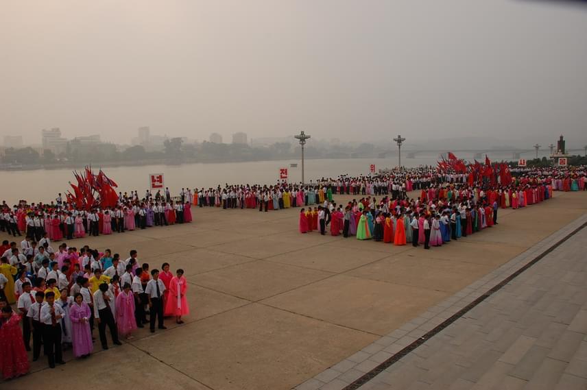A helyiek hagyományos viseletben gyülekeznek Phenjanban, a Thedong folyó partján. Az Észak-Korea szocialista ünnepeiről készült képek a diktatúrák szabályozott légkörét idézik, ahol a rend és a fegyelem áll mindenek fölött. Az ország egyébként a dzsucse eszmét követi, amit Kim Ir Szen államelnök hozott létre.