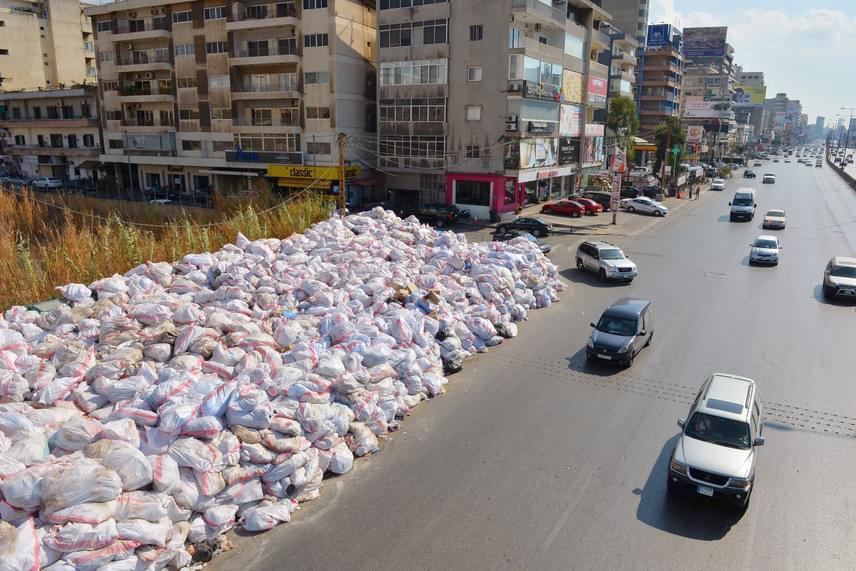 A főváros keleti részét lassan beborítják a szemeteszsákok, és még a sokszor erőszakossá fajult tüntetések sem bizonyultak eredményesnek a helyzet megszüntetésében.