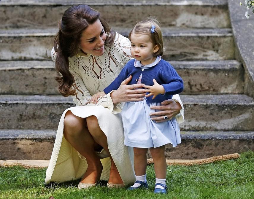 Charlotte hercegnő először bizonytalanul szemezett a sok játékkal, azt sem tudta, hogy mihez tipegjen oda előbb.